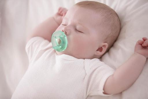 Sử dụng ti giả để bé cảm thấy yên tâm và để cai sữa bé ít quấy khóc hơn
